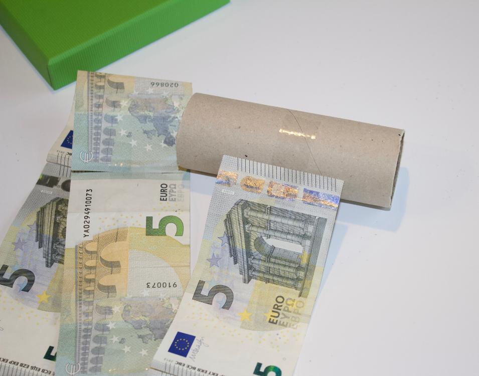 Geldkette auf Papprolle kleben.