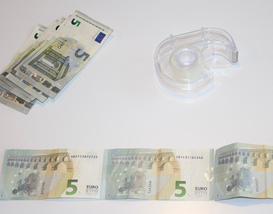 Geldscheine mit Klebeband verbinden.